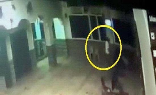 شاهد.. لحظة وفاة ضابط مصري متقاعد أثناء الصلاة
