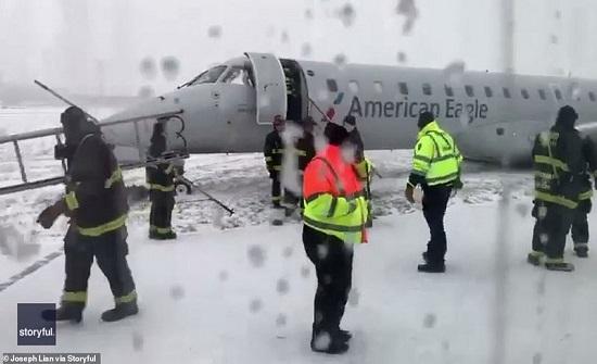 بسبب الثلوج.. انزلاق طائرة ركاب في شيكاغو ولا إصابات