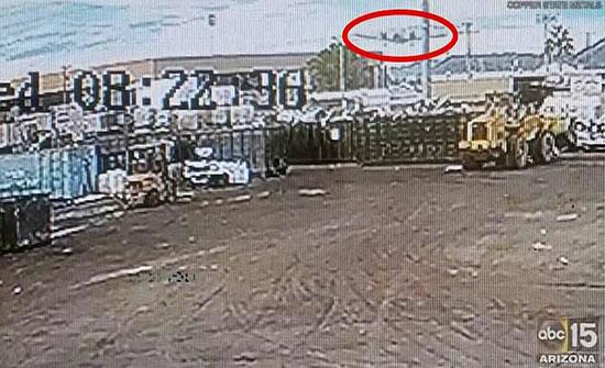 بالفيديو: طائرة تهبط في الشارع وتحطم سيارات بولاية أريزونا الأمريكية