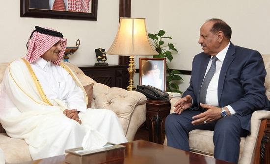 وزير الداخلية يلتقي السفير القطري في عمان