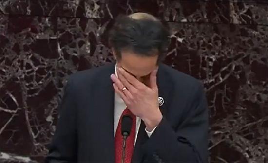 رئيس فريق الادعاء في محاكمة ترامب يحبس دموعه أمام مجلس الشيوخ .. بالفيديو