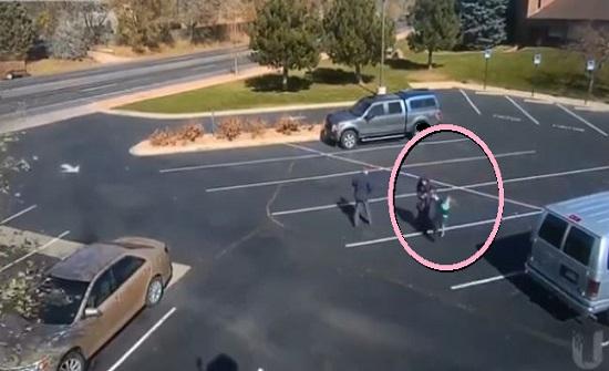 كلب مسعور يهاجم طفلة امام والديها في دولة اجنبية...فيديو