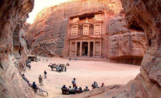 """""""تنشيط السياحة"""" تدرس الاكتفاء بشهادة تلقي لقاح كورونا لدخول الأردن"""