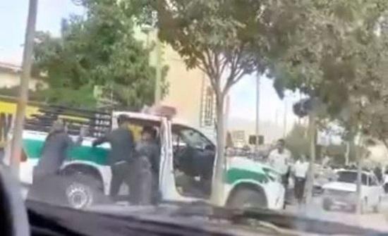 شاهد.. احتجاجات إيرانية والشرطة تستخدم القوة لاحتوائها