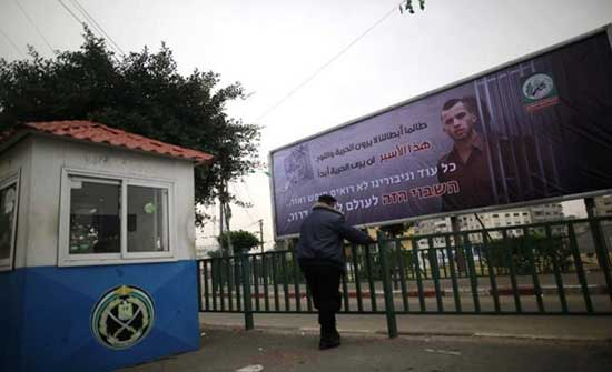 """وفد إسرائيلي في مصر لبحث """"تبادل الأسرى"""" مع """"حماس"""".. و هنية يحذر"""
