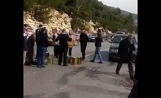 """بالفيديو : مزارعون يغلقون طريق """"جرش - عجلون"""" بعبوات زيت زيتون"""