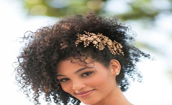 صور : أطواق الورد واللولي لتسريحات الزفاف لصاحبات الشعر الكيرلي