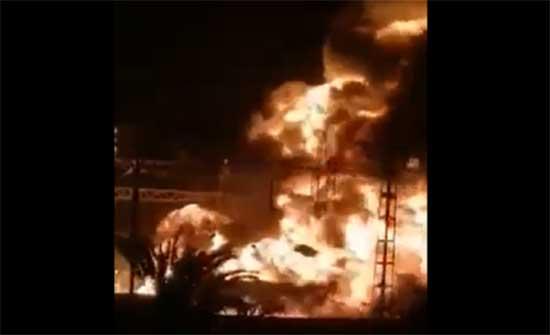 حريق ضخم بمحطة توليد كهرباء في مدينة عين الدفلى في الجزائر .. بالفيديو
