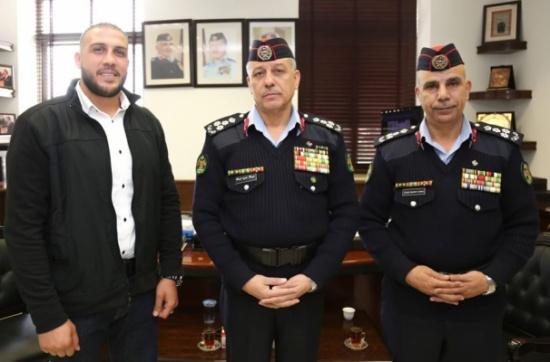 تكريم مواطن ساهم بالقاء القبض على مرتكب جريمة الطعن بجرش