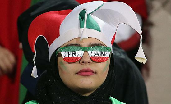 صور : المشجعات الإيرانيات بملاعب طهران للمرة الأولى