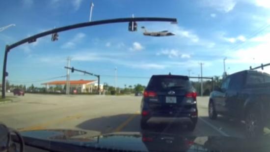 بالفيديو.. مصير مروع لطائرة اصطدمت بخطوط الكهرباء في امريكا