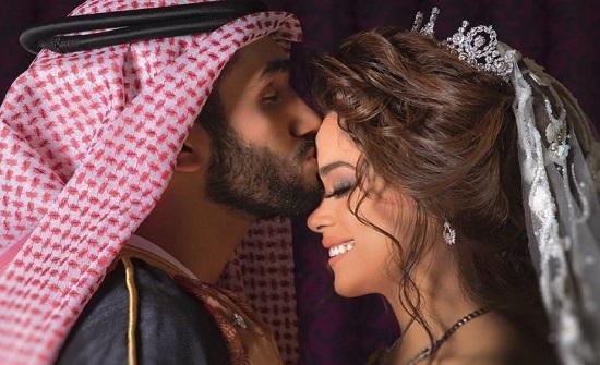 """شاهد.. الاماراتي أحمد خميس يمسك زوجته مشاعل الشحي من شعرها """"ثاني مرة ما تتأخرين""""!"""