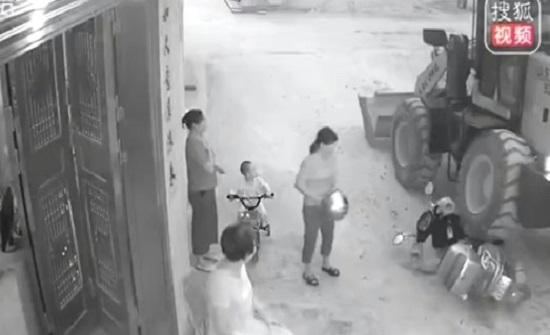 العناية الإلهية تنقذ امرأة من حادث دهس مروع في الصين (فيديو)