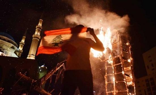 بعد تصريحات ماكرون: إحراق العلم الفرنسي في طرابلس ونفي إلقاء قنبلة على السفارة- (فيديو)