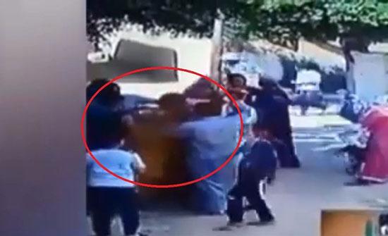 مصر.. فيديو مروع لشاب يلاحق والده ويحرقه حيا