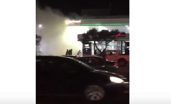 بالفيديو : احتراق مركبة داخل محطة وقود بعمان