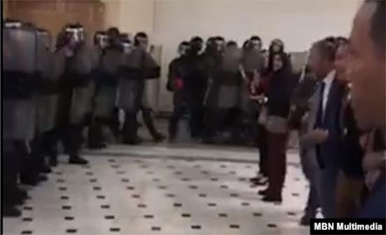 بالفيديو :  اقتحام قوات التدخل مكاتب القضاة في الجزائر