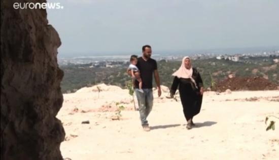 شاهد: عائلة فلسطينية تعيش في مغارة مهددة بالطرد من إسرائيل