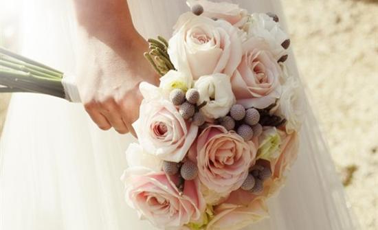 بالصور : أغرب حفل زفاف.. العروسة بالبدلة والعريس بفستان أبيض مكشوف في ويلز
