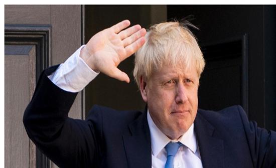 شاهد : بجوارب مختلفة و ملابس متسخة.. رئيس وزراء بريطانيا وابنه يظهران بشكل غريب
