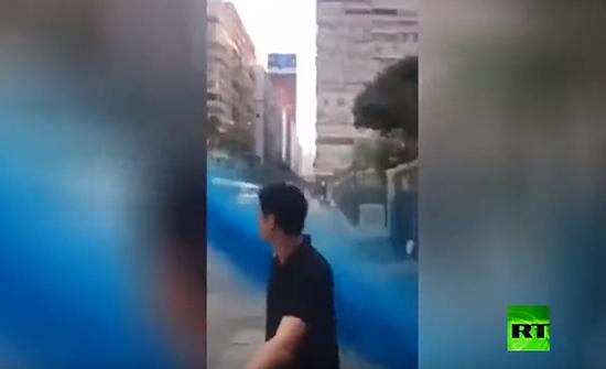 قيديو : لحظة تعرض مسجد في هونغ كونغ للرش بسائل ملون