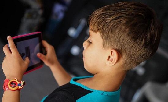 عواقب صادمة لإدمان الأطفال على الهواتف الذكية