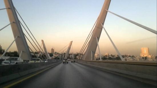 فتاة تلقي بنفسها من فوق جسر عبدون