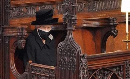 الملكة اليزابيث تعجز عن حبس دموعها في وداع الأمير فيليب (فيديو)