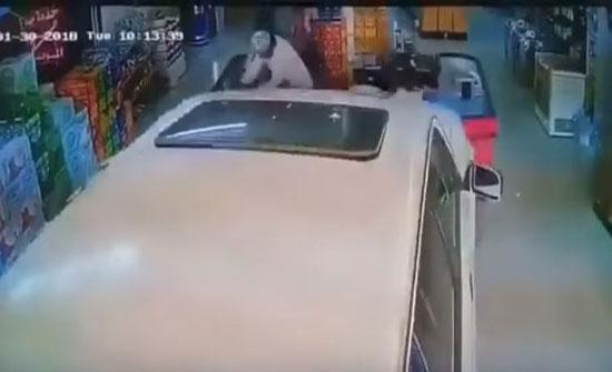 لحظة نجاة شخصين من الدهس تحت عجلات سيارة اقتحمت محلا (فيديو)