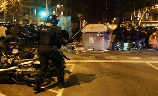 إسبانيا: احتجاجات تخللتها أعمال شغب احتجاجا على سجن مغني راب.. فيديو وصور