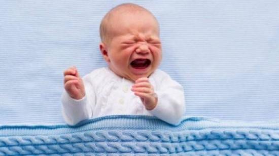 بالفيديو.. لهذا يتوقف الأطفال عن البكاء عند حملهم