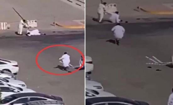 """بالفيديو : مضاربة عنيفة بالعصا بين شخصين بـ""""الأحساء"""" وتدخل من الخارج ينهي الموقف !"""