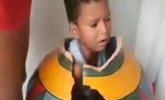 تحرير طفل احتُجز في مزهرية - فيديو