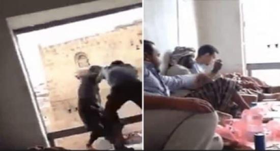 شاهد: مزحة بين شبان داخل غرفة تنتهي بإلقاء أحدهم من شرفة الغرفة!