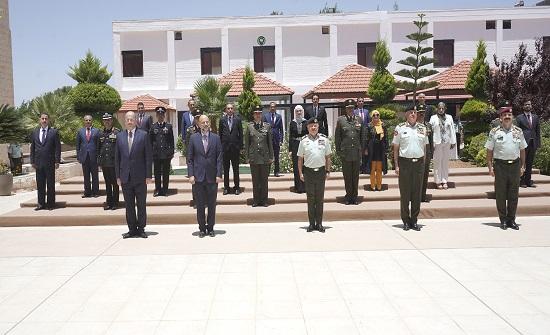 الملك يخرّج المشاركين بدورة الدفاع الوطني وطلبة ماجستير استراتيجيات في مواجهة التطرف والإرهاب