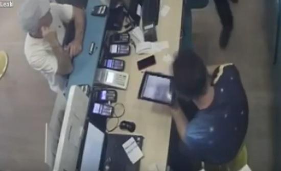 لحظة اقتحام عصابة محل هواتف وإطلاق النار على عامل (فيديو)