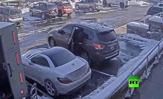بالفيديو : سرقة تحت تهديد السلاح بولاية كولورادو الأمريكية