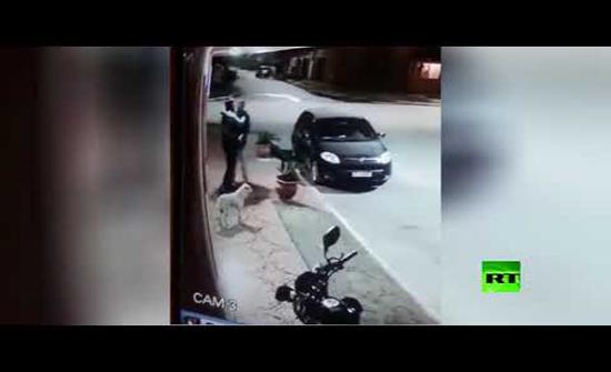 فيديو : لص يقوم بسرقة شخص في الأرجنتين ويتبين انه صديقه