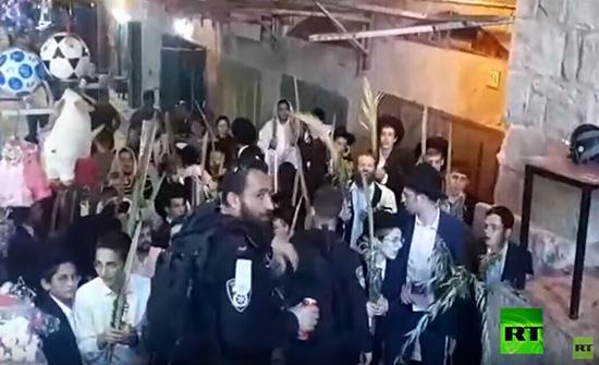 فيديو : اليهود الحريديم يحملون سعف النخيل احتفالا بعيد العُرَش ويؤدون شعائر دينية عند أبواب المسجد الأقصى