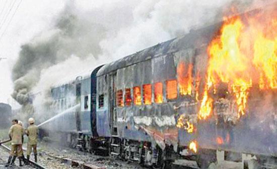 مصرع 42 شخصا واصابة اخرين بحريق في قطار بباكستان