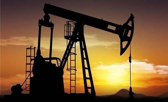 النفط يصعد مع رفع صندوق النقد توقعاته للنمو الاقتصادي العالمي