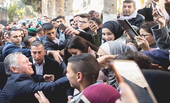 بالصور : الملك يلتقي مجموعة من الطلبة بالجامعة الأردنية