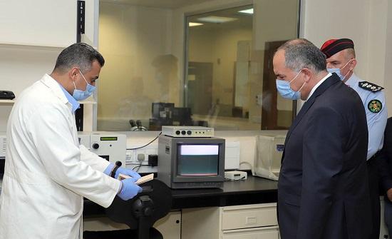 وزير العدل يطَّلع على خبرات إدارة المختبرات والادلة الجرمية التَّابعة للأمن العام