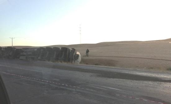 بالصور : تدهور شاحنة على الطريق الصحراوي