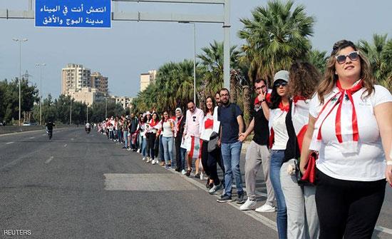 بالفيديو : لبنان.. الاحتجاجات تتواصل بسلسلة بشرية من الجنوب للشمال