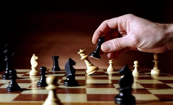 الشطرنج يتحدى كورونا بتدريبات منتظمة وبطولة أون لاين