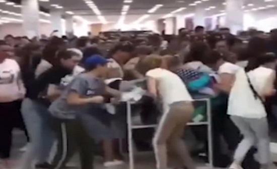 خصومات متجر تتحول لمشاجرة بين السيدات (فيديو )