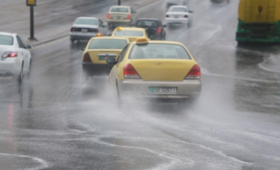 فتح مناهل في مناطق شرق عمان أغلقتها الأمطار الغزيرة