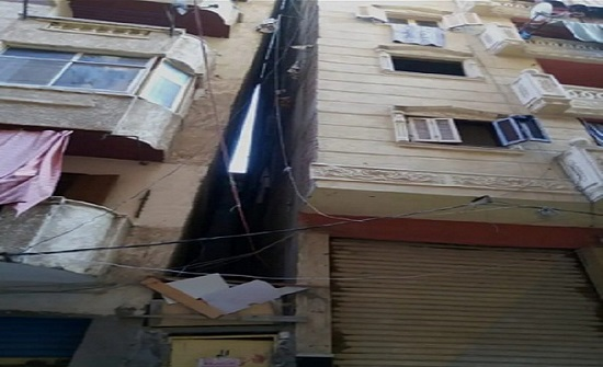 مصر.. شاهد: عمارة سكنية تميل على الأخرى والجيران يستغيثون