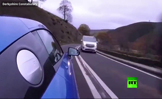فيديو : صحفي متهور يقود سيارة بسرعة 160 كلم/س في بريطانيا